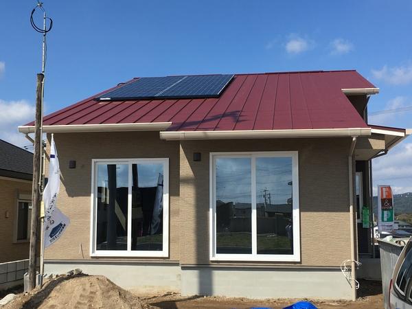 赤い金属屋根の【 ZEH住宅 】 完成見学会のおしらせ
