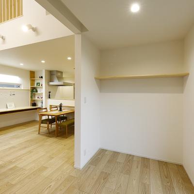 ウォークスルーのユーティリティでシンプルな家事動線を叶えた住まい                                                              のサムネイル